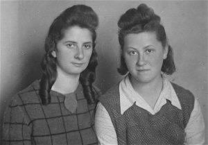 לאה המרשטיין (משמאל) ואסתר (יולצ'ה) פיקס (ורשה, 1945)