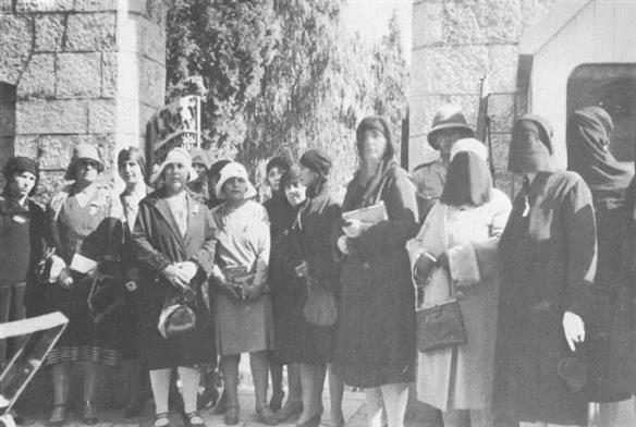 נשים פלסטיניות מפגינות מול מטה הנציב העליון הבריטי, 1929