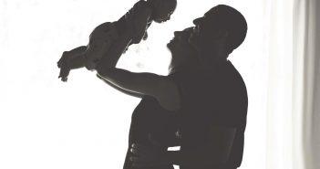 ילד תינוק היריון אמא אמהות בייבי בום פוליטיקלי קוראת פוליטיקלי צופות ביקורת טלויזיה