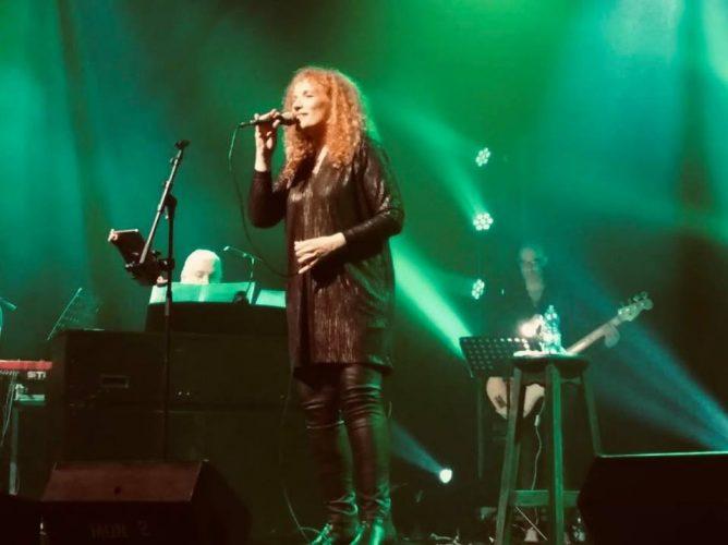גילנות, מוזיקה ופמיניזם: נורית גלרון מוכיחה בהופעה שהגיל רק מוסיף לאיכויות הנשיות המוזיקליות שלה