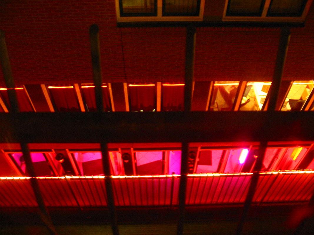 רובע החלונות האדומים: זנות, מדיניות ומי שביניהן.