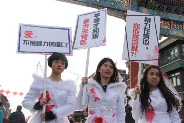"""לי מאיזי (במרכז) במיצג """"כלות ספוגות דם"""" במחאה על אלימות כלפי נשים"""