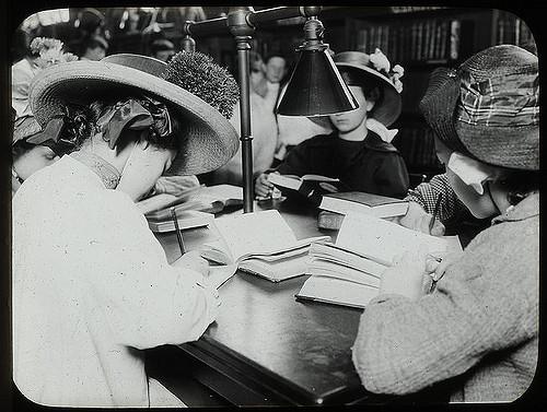 על נשים כותבות וקוראות – תמר מרין