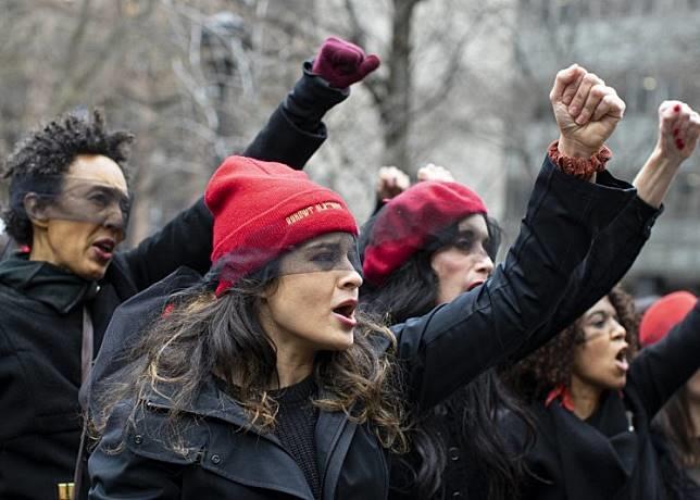 מחאה מחוץ לכתלי בית המשפט - האנס הוא אתה