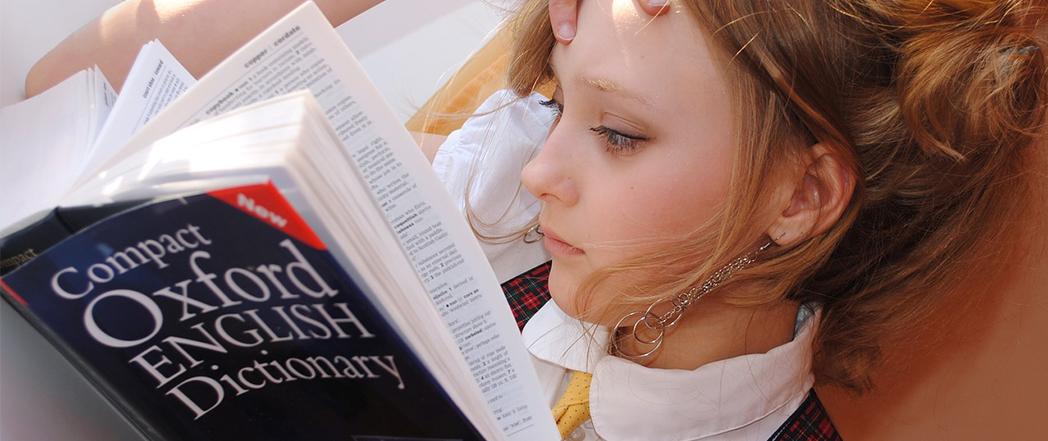 הוראת שפות מסורתית: אישה מתוסכלת מול מילון אוקספורד