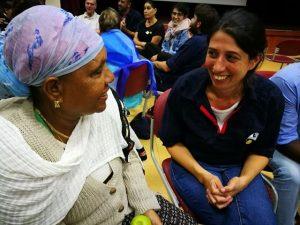 שתי נשים מדברות כחלק מהמורשת החברתית של דיאלוג לאחר מחאת האוהלים