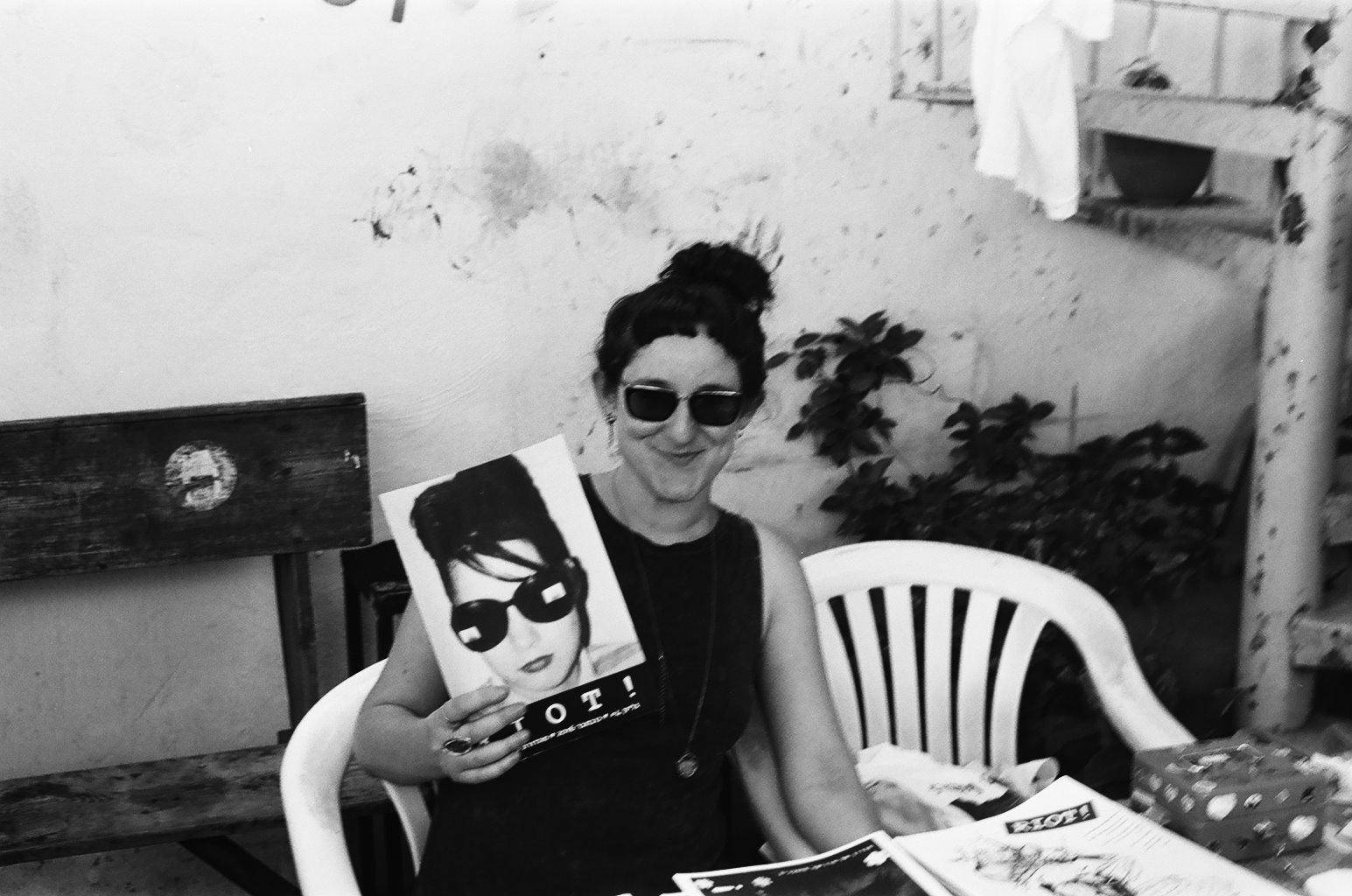 תמונה של ניצן פינקו שדרנית בתכנית ריוט! ושמתראיינת בכתבה