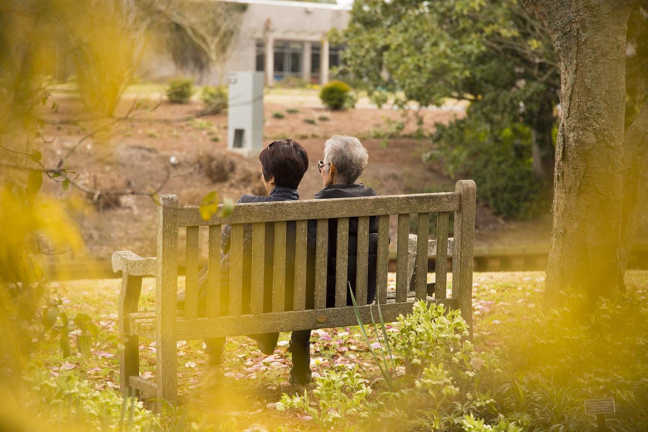 נשים בגיל פרישה לרוב מוסתרות מהעין, יושבות באבטלה על ספסל מבלי לקבל מענק