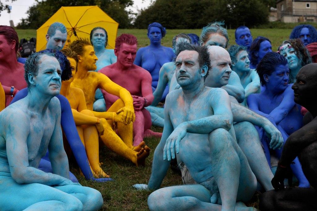 עירומה ועירום: קבוצת עירומים שהעור שלהם צבוע בצבעים שונים