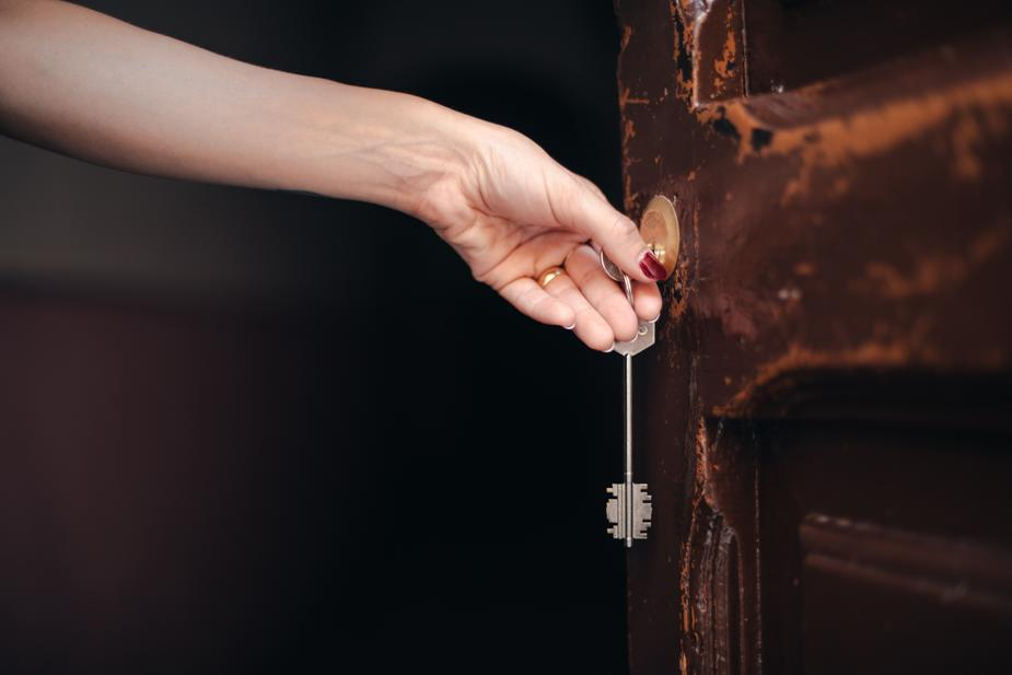 יום האלמנות מיוצג בידי יד של אלמנה פותחת דלת