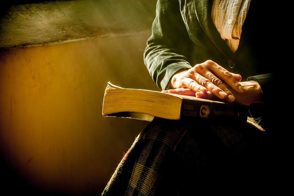 אידית גייגר מיוצגת בידי ידיים של אישה קשישה מונחות על ספר