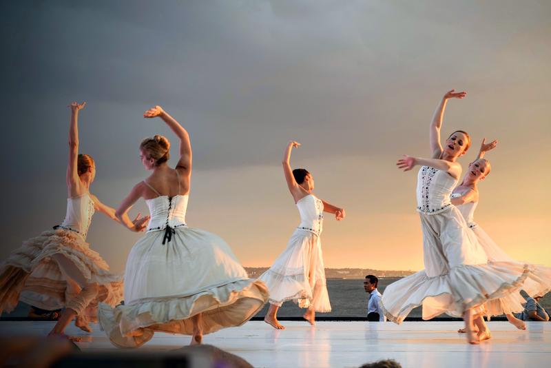 """בט""""ו באב נשים רקדו בלבן בחוץ"""