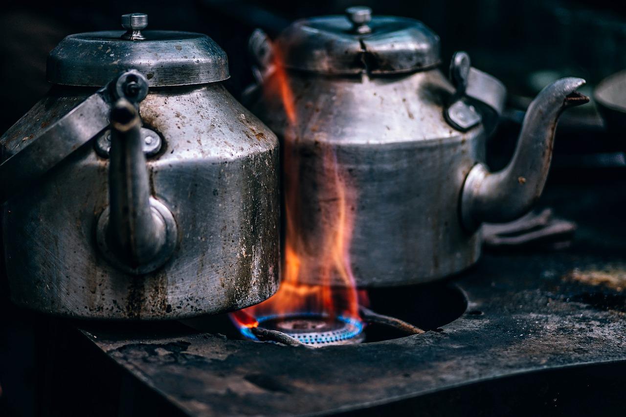 שיר של אפרת ג'רובי על נשים א=ואש מיוצג בידי תמונה של קומקום על אש