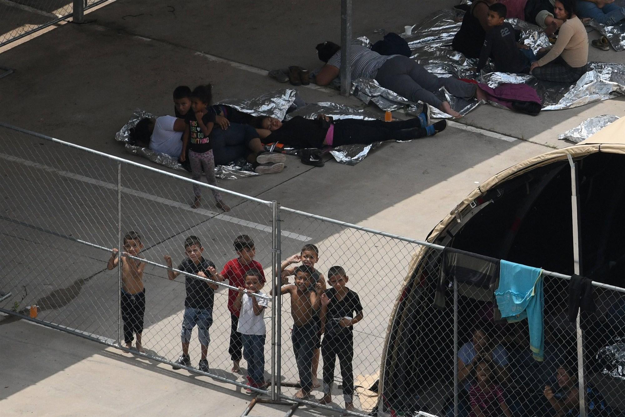 """מהגרים במאהל מאולתר מחוץ לתחנת משמר הגבול בטקסס, ארה""""ב. 15 במאי 2019. צילום: לורן אליוט / רויטרס"""
