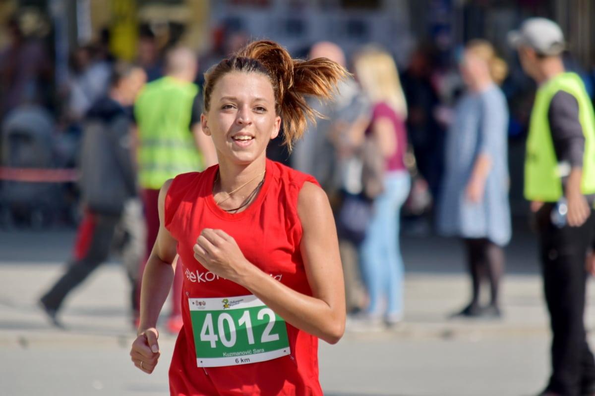 מירוץ הנשים בתל אביב מיוצג בידי תמונה של אישה רצה מרתון
