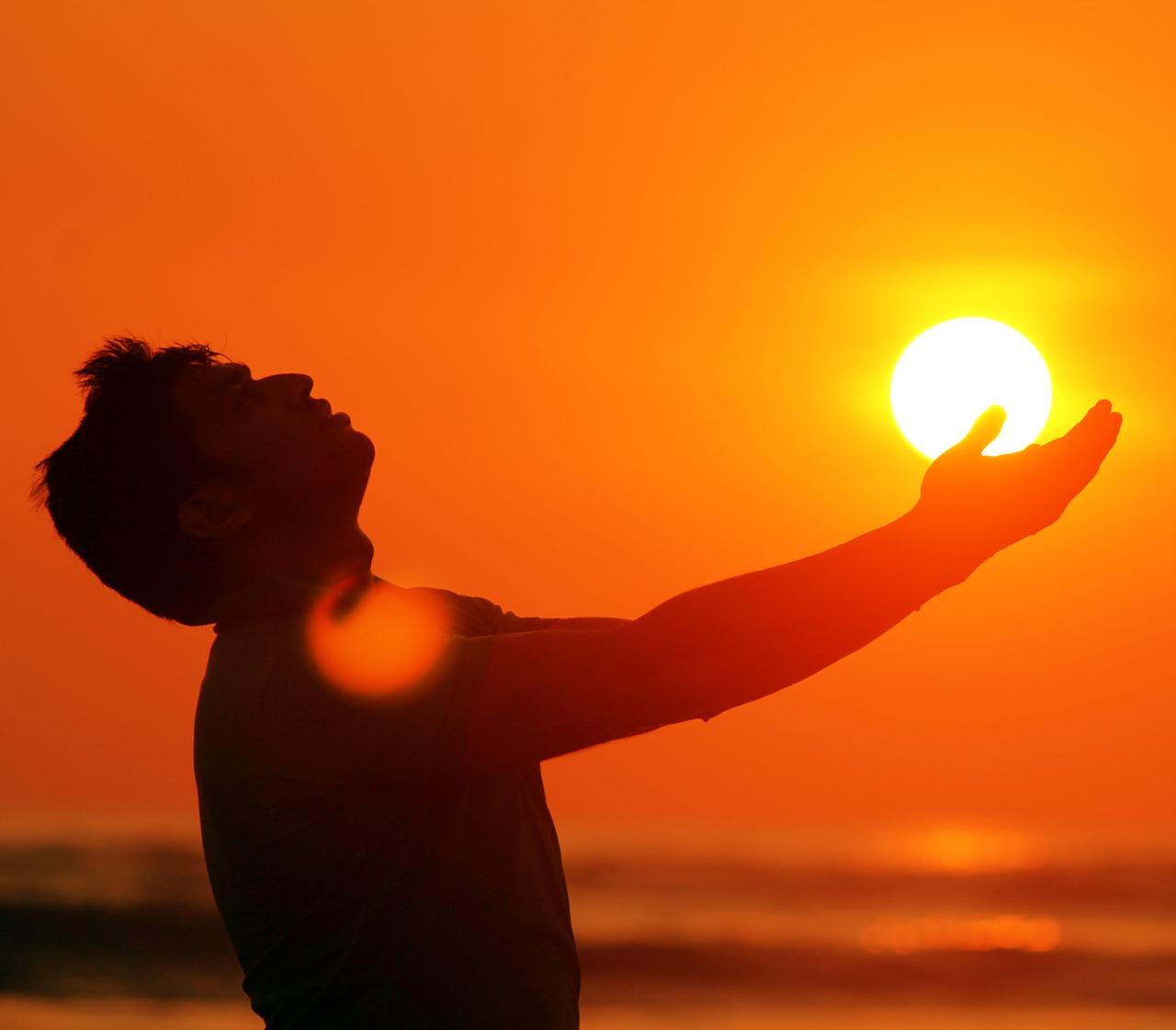 הגברים בישראל פונים לתיקון וניקיון מיוצגים בידי גבר פותח ידיים לשמיים