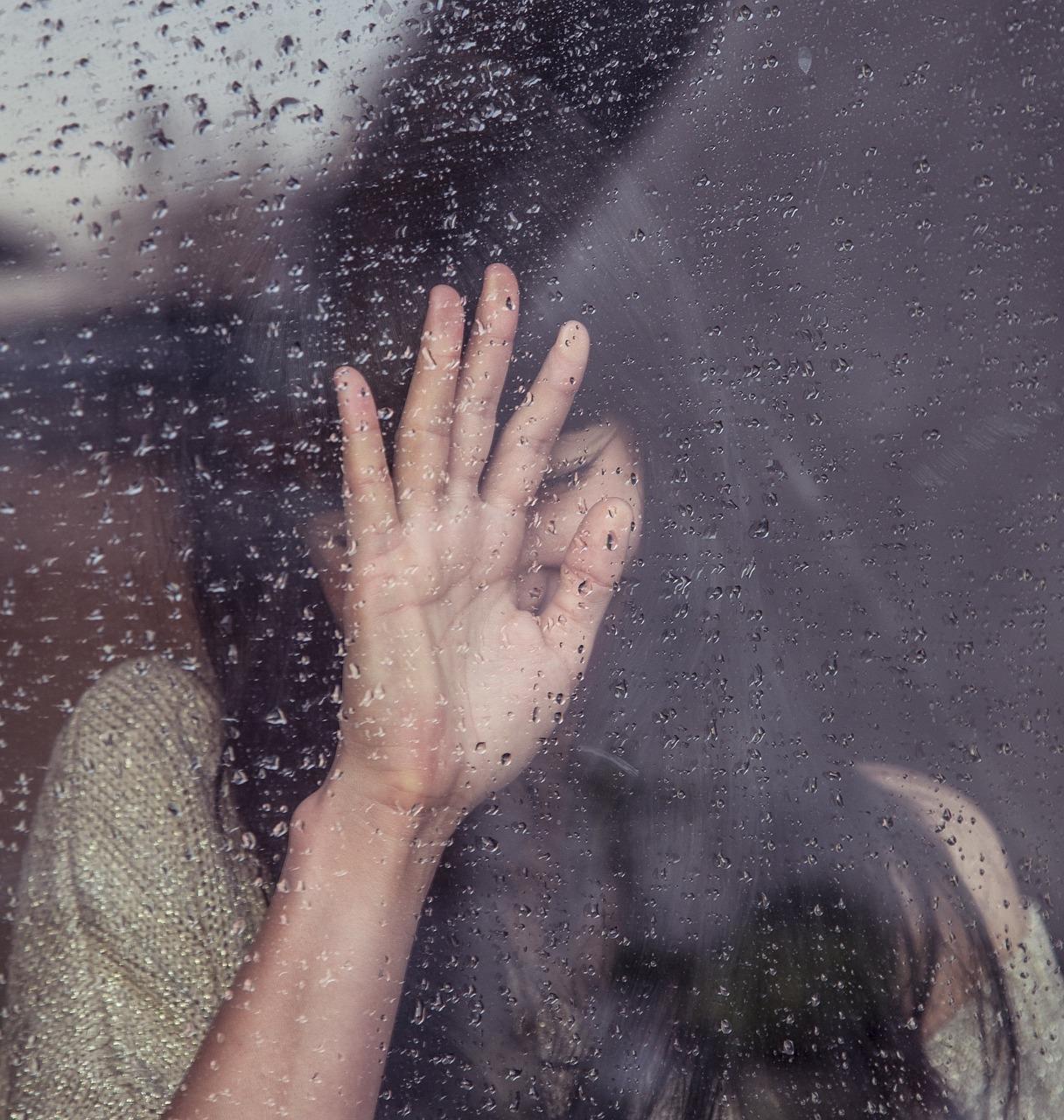 השיר של קמה שיר מיוצג בידי אישה שמחפשת מענה לחוסר פנימי