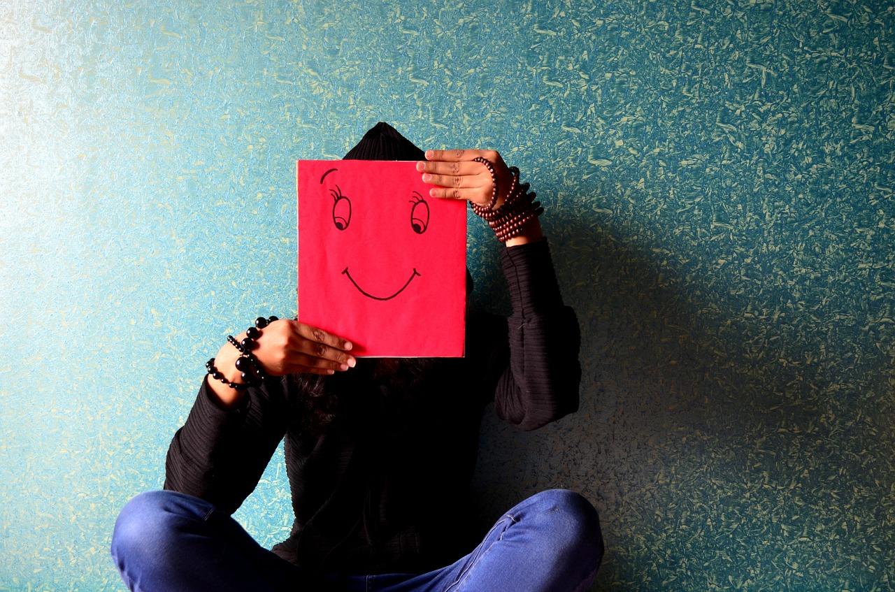 למה את לא מחייכת מיוצג בידי ציור של חיוך על פרצוף אישה