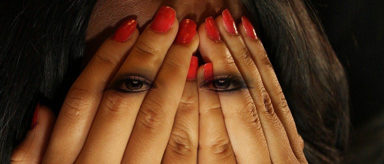הפעם הראשונה שנגעתי בזין מיוצגת בידי ידיים ועיניים של אישה