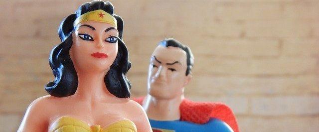 ניכוס פמיניזם מיוצג בידי תמונה של סופרמן מביט בוונדר וומן