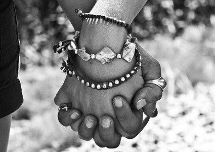 ידיים משולבות מסמנות את הקירבה בשיר של גולדה