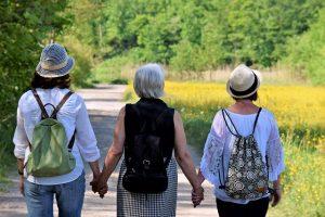 אקופמיניזם מיוצג בידי שורת נשים אוחזות ידיים בטבע