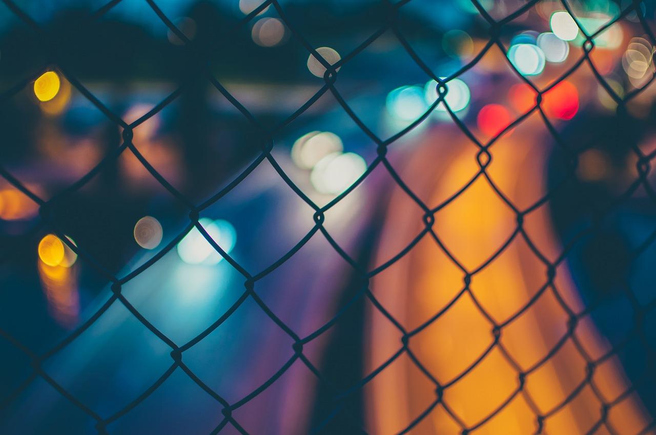 השפעת סמי אונס מיוצגים בידי גדר ומאחוריה תמונה מטושטשת