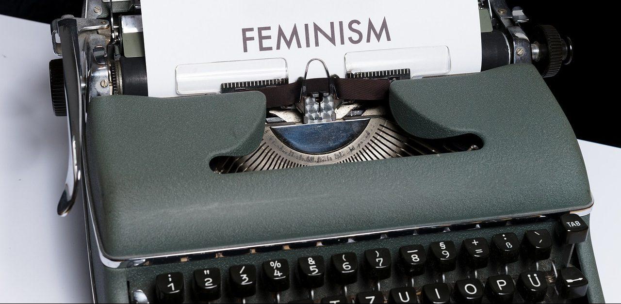 היררכיה פמיניסטית: מי כותבת את הסיפור מיוצג בידי תמונה של מקלדת עם הכיתוב פמיניזם