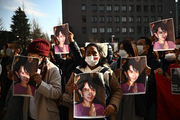 מפגינים נושאים את תמונתה של אונג סן סו צ'י | AFP