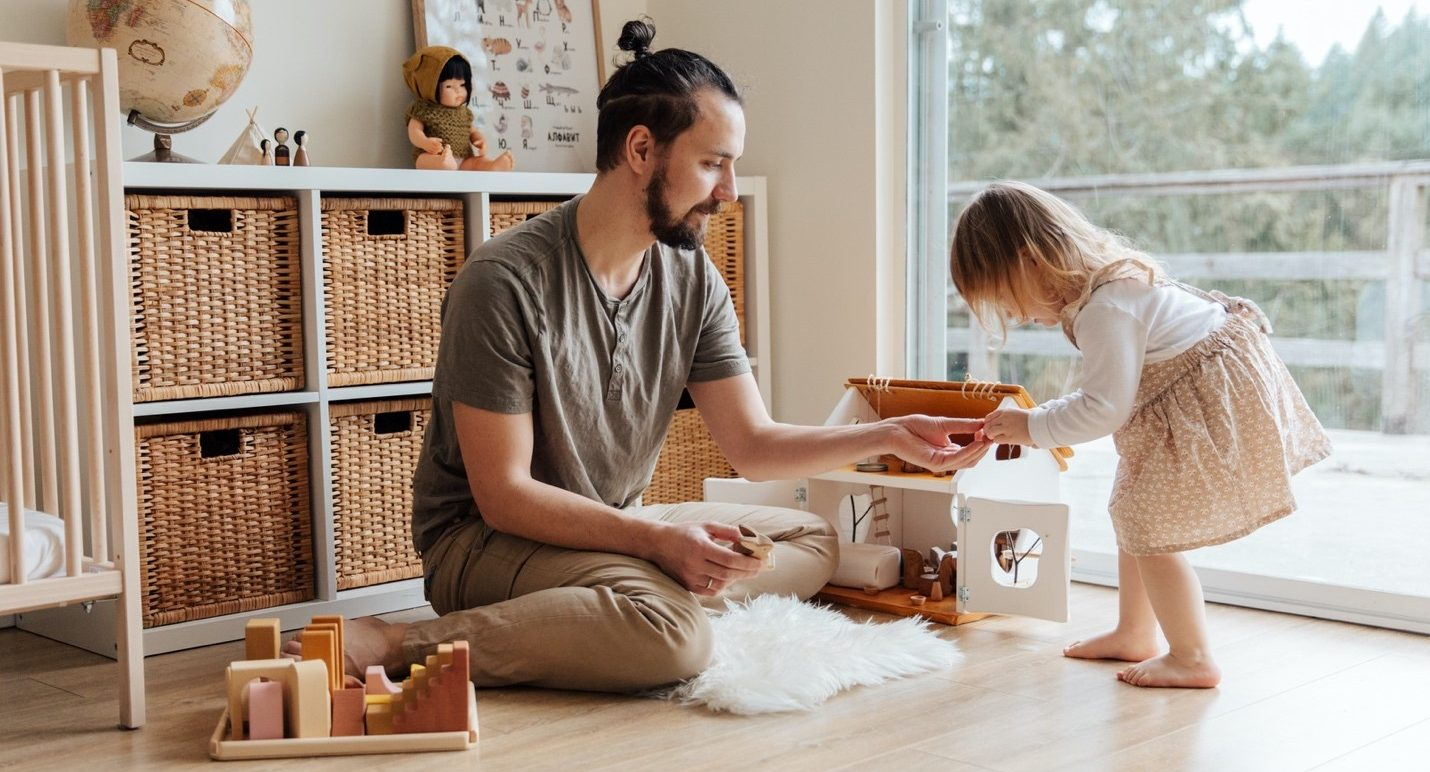 חופשת אבהות מיוצגת באמצעות תמונה של אבא משחק עם בת
