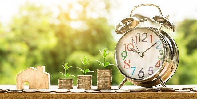 אתגר פנסיה לנשים מסומנת בידי שעון, כסף ובית
