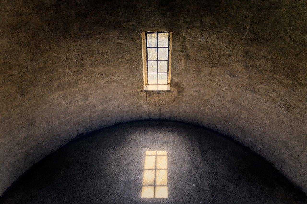 רחם זקן וריק כמו בשיר של ליבי מיוצג בתמונה של חדר עגול ריק