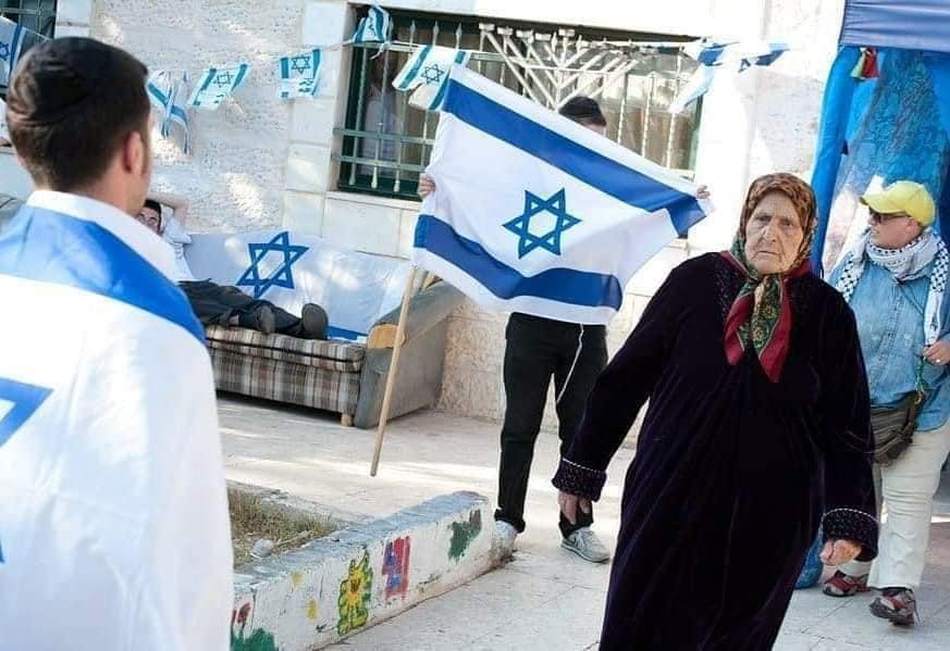 אישה מפונה מביתה בשייח ג'ראח