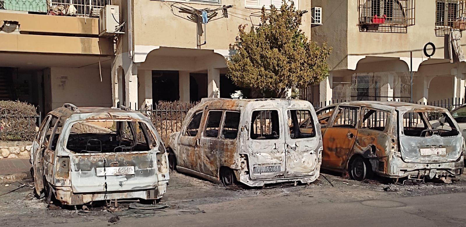 תמונה של ערים מעורבות: מכוניות שרופות בלוד