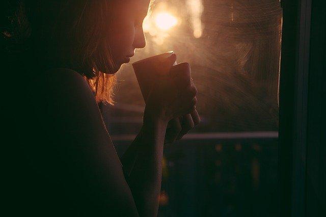 אישה בדמדומים מייצגת שיר של ירדן אמיר