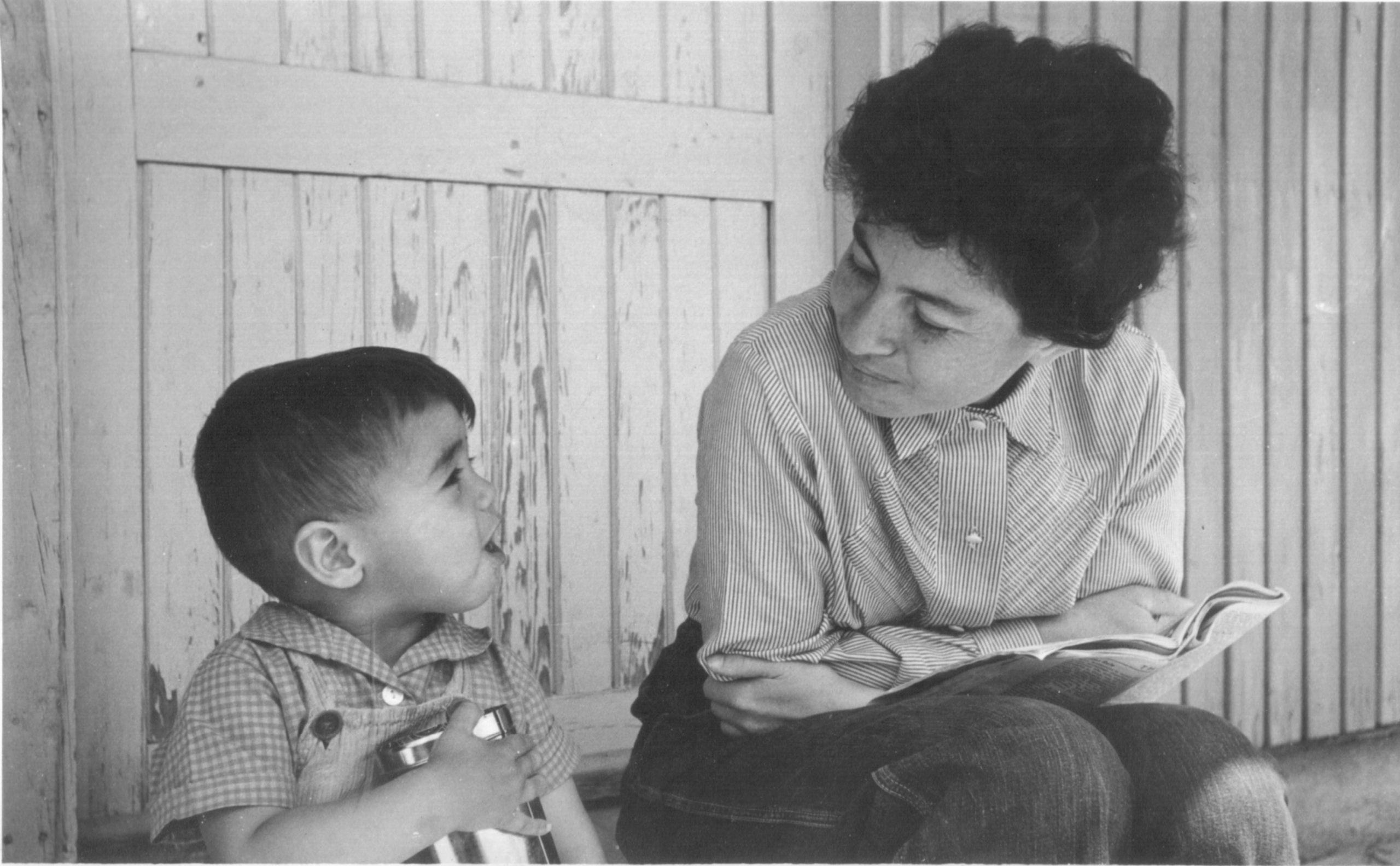 רבקה ועוד נוימן, אביה וסבתה המאמצת של שיר נוימן