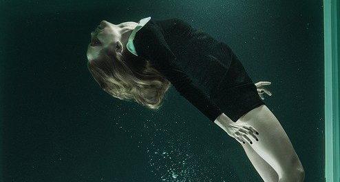 אישה מתחת למים מייצגת את השיר של רות קינן